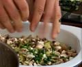 Покриваме картофите с нарязаните гъби, краставички и лук. Поливаме със зехтин, поръсваме с чубрица и черен пипер, добавяме царевица и сол.