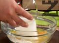 В купа с брашно слагаме разтопено масло, яйца, захар, добавяме сметана и сол.