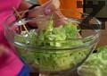 """В купа накъсваме салата """"Айсберг"""", рукола, чери домати и разбъркваме с ръце. Овкусяваме със сол, зехтин и лимонов сок."""