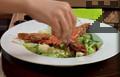 """Правим канапе от зелена салата в чиния за сервиране. Аранжираме салатата с три скариди и поръсваме с настъргани люспи сирене """"Пармезан""""."""