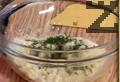 """В купа настъргваме сирене """"Пармезан"""", наливаме сметана и поръсваме пресен копър. Разбъркваме и прибавяме скълцана скилидка чесън. Поръсваме с черен пипер и отново разбъркваме соса."""