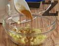 Нарязваме обелена ябълка на малки кубчета и прехвърляме в купа. Добавяме канела, отцеждаме лимонов сок и размесваме.