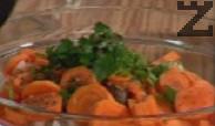 Нарязваме кромид лук на ситно и моркови на колелца, половината целина и магданоз и ги прибавяме в купата при месото. Поръсваме със 1 ч.л. сух джоджен, 1 ч.л. чубрица, 1 ч.л. сол и смлян черен пипер, наливаме 5 с.л. олио и слагаме 1 ч.л. червен пипер. Втриваме подправките в месото и го оставяме да пр