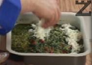 Добавяме зеленчуков бульон, поръсваме със сирене. Печем ястието във фурна, загрята на 160 градуса, около 25-30 мин.