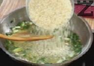 Нарязваме пресен лук и печени чушки на дребно. Запържваме лука в голямо количество загрято олио и прибавяме стрито фиде. Разбъркваме и добавяме ориза.