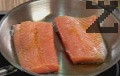 В силно сгорещен тиган слагаме малко зехтин. Запечатваме на умерен огън за 3-4 мин. рибните филета, които слагаме с кожата надолу. Запичаме сьомгата във фурна, загрята на 200 градуса на горно печене, за 10 мин.