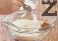 В купа с пшенично брашно-тип 500 слагаме бакпулвер, сода бикарбонат и канела. Размесваме добре и добавяме сол.