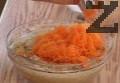 Разбиваме яйца. Постепенно добавяме захар и продължаваме да разбиваме на средна степен на миксера за 5 мин. Наливаме слънчогледово олио и разбиваме още 1 мин. Добавяме пресятото брашно, морковите, ореховите ядки и ваниловата есенция. Размесваме добре с шпатула.