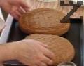 Разпределяме сместа в две намаслени с краве масло и набрашнени кръгли тави с диаметър 22-24 см. Печем в предварително загрята на 180 градуса фурна около 30 мин. Когато извадим сладкиша от фурната, изчакваме 5-10 мин., преди да отделим ринга на формата и оставяме блатовете да изстинат напълно.
