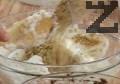 Смесваме крема с разбитите белтъци, добавяме фино смлени орехови ядки и разбъркваме.
