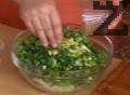 Стриваме кубче зеленчуков бульон и разбъркваме добре салатата.