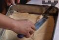 Изсипваме сместа в тавичка за печене, в която сме поставили намаслена хартия. Печем платката в топла фурна, загрята на 200 градуса, около 10-15 мин. След изпичане оставяме платката да се охлади и я разрязваме.