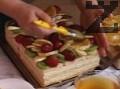 Нарязваме плодове на резени и декорираме плодовата пита, обливаме с желето и поднасяме.