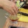 Приготвяме заливка от ситно скълцан пресен чесън и оцет. В купичка слагаме от нарязаното шкембе, наливаме от чорбата и сервираме със заливката. По желание поръсваме с лют червен пипер.