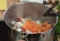 Нарязваме кромид лук на едро и морков на колелца и ги добавяме към месото. Пържат се около 2 минути и тогава се поръсват с червен пипер и брашно.