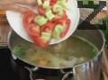 Добавяме целината и доматите. Варим още 10-15 мин. под капак на слаб огън.