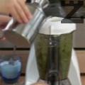 Пюрираме в блендер листа див чесън с почистени дръжки, кисели краставички, каперси и саламура от каперси. Прибавяме лимонов сок, зехтин, сол и пресен копър. Поднасяме пъстървата с подготвения сос, който нанасяме по прорезите и декорираме с резен лимон и див лук по желание.