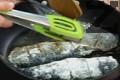 Осоляваме и овалваме рибата в брашно, след което я запържваме в загрято олио по 3-4 мин. от всяка страна.