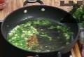 Прехвърляме скумрията в тавичка и в същата мазнина запържваме пресен лук и чесън, нарязани на ситно и останалата къри-паста. Запържваме около 1 мин., прибавяме кафява захар, доматено пюре и наливаме 250 мл гореща вода.