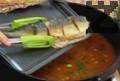 Слагаме рибата в тавичката със соса, поръсваме със сол и черен пипер и варим на бавен огън около 10 мин. Поръсваме ястието с нарязан пресен магданоз и поднасяме.