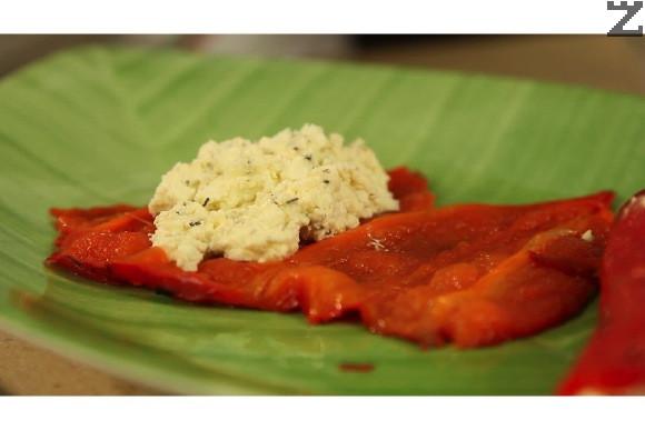 Нанася се по 1-2 с.л. от плънката със сирене върху половината на всяка изпечена и обелена чушка.