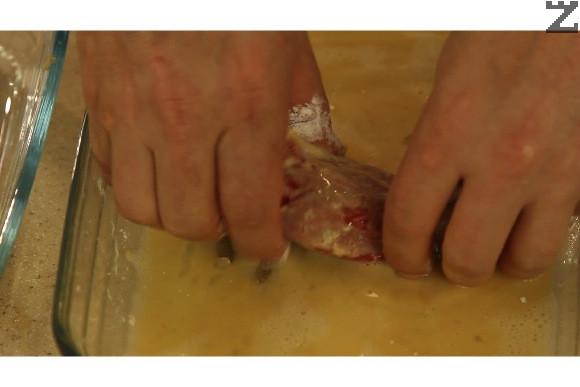 Изстръсква се излишното брашно. Потапя се в разбитите яйца.