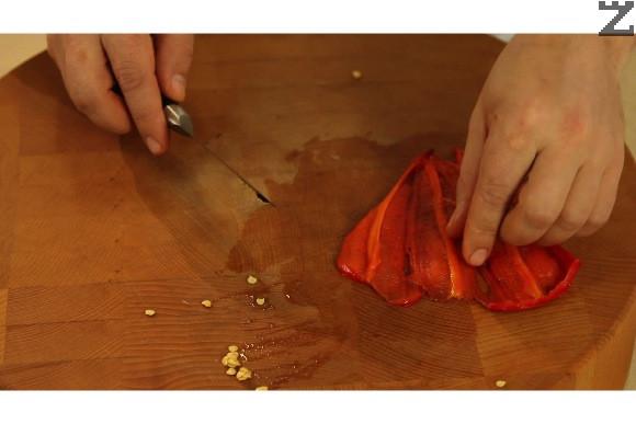Всяка чушка се разрязва и отваря, така че да стане един лист.