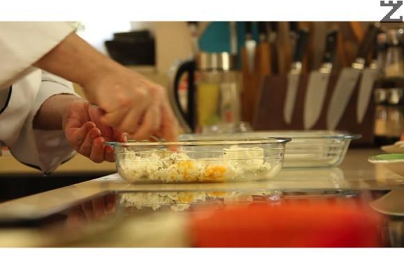 В малка тавичка се настъргва на едро ренде сиренето. Добавя се яйце и чубрица. Размесва се добре.