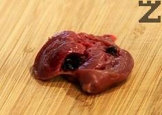 Сърчицата се режат на две за да се отсрани съсирената кръв.