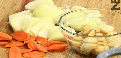 Лукът се нарязва на полумесеци, а гъбите ако се дребни се оставят цели. Морковите се режат на колелца.