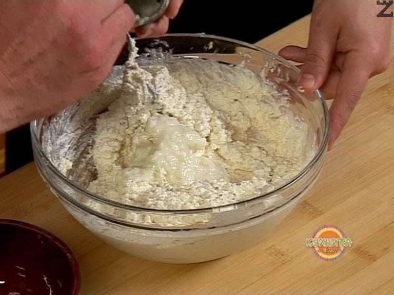 Чесъна се стрива на фина кашичка и смесва с кисело мляко и индийско орехче.В купа се слага извара поръсва с сол, добавя се майонеза и разбърква добре. Стрива се сух босилек, и заедно с чесновото кисело мляко се прибавя при изварата и обърква добре.