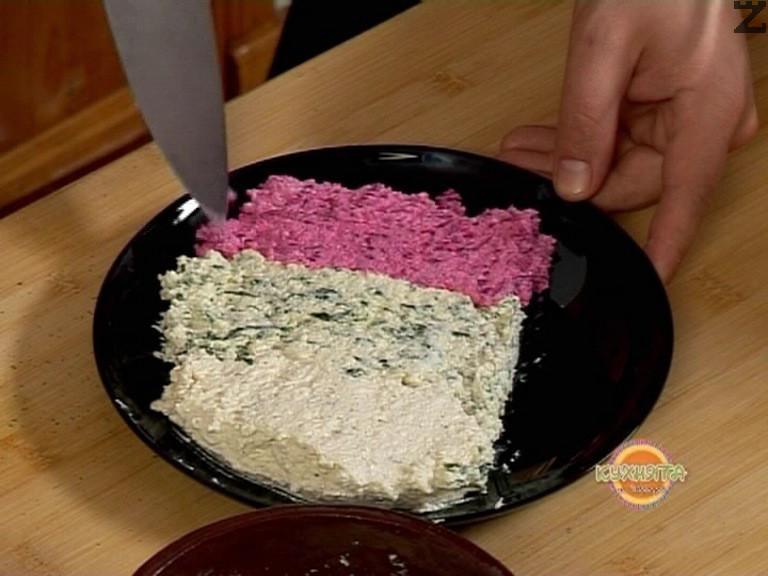 Аранжираме салатата, като оформяме цветовете на българския национален трибагреник- бяло, зелено, червено.