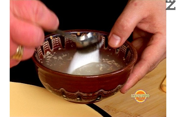 В малка купичка наливаме 100 мл топла вода стриваме мая, поръсваме със сол и захар и разбъркваме.Оставяме за 10 мин на топло да шупне маята.