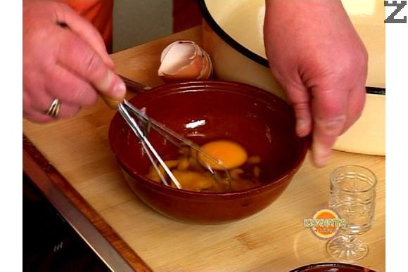 Разбиваме яйцата в купа, добавяме прясно мляко и шупналата мая.