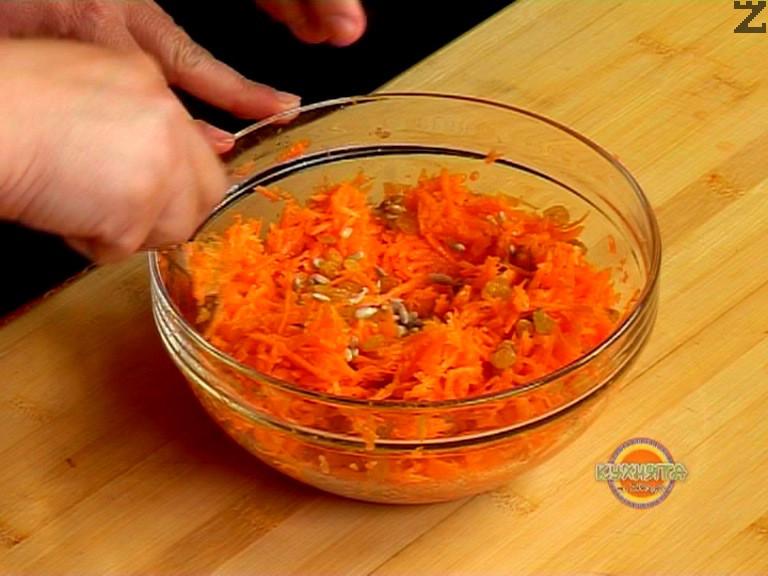 В голяма купа настъргваме моркови на едро ренде. Овкусяваме салатата със сол и лимонов сок, добавяме зехтин.