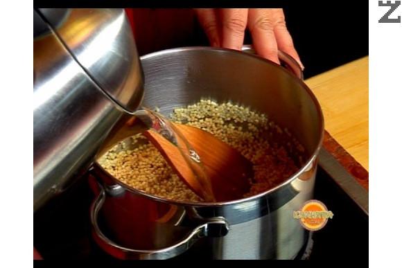 Запържваме кускус в тенджера със загрято олио за 2-3 мин., докато се зачерви и наливаме 500 мл вряла вода. Варим на бавен огън около 15 мин. След като кускусът се свари, го отцеждаме и охлаждаме.