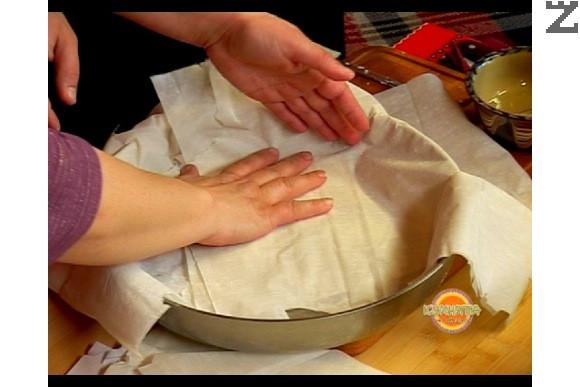 Подреждаме по 2 кори в тавата, като ги припокриваме, а краищата им трябва да излизат извън тавата, така че да покрият плънката.