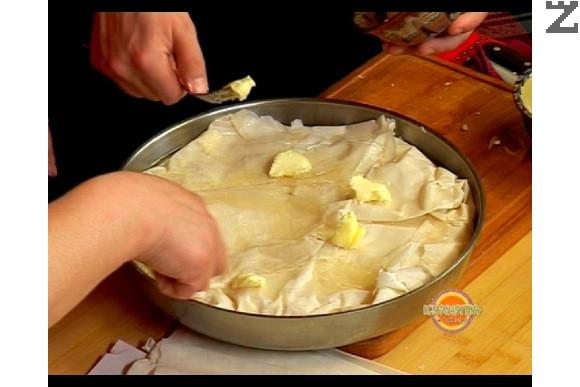 Намазваме клина с олио и разтопено масло. Печем във фурна, загрята на 200 градуса, около 25-30 мин.