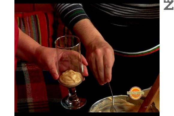 Разбъркваме добре и аранжираме крема във високи чаши. Оставяме го в хладилника да стегне. Декорираме крема, поръсен с орехови ядки и стафиди.