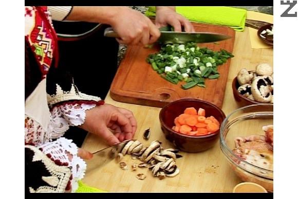 Поливаме със соев сос, разбъркваме и оставяме месото да се маринова за 30-60 мин. Сваряваме дребните картофи за 15-20 мин. Нарязваме моркови на колелца, пресен лук на ситно и печурки на парченца.