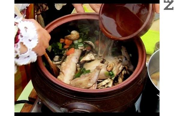 Слагаме в гювеча масло, наливаме олио и прехвърляме нарязаното заешко месо. Наливаме топла вода и слагаме нарязаните моркови и пресен лук.