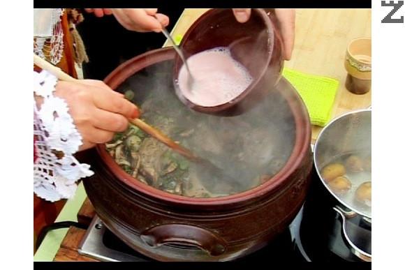 В купичка разбиваме брашно с вино и уплътняваме ястието. Оставяме да ври още 10 мин. на слаб огън. Поднасяме със сварените и обелени картофи.