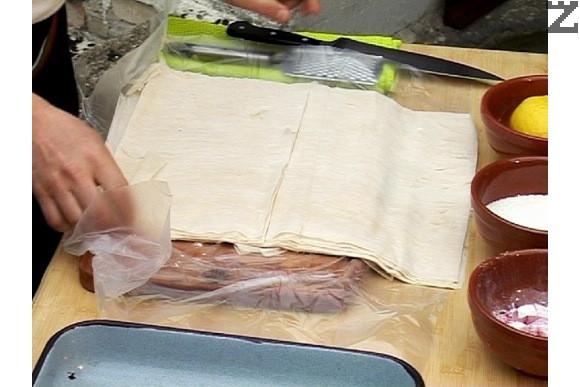 Разстиламе корите и ги разрязваме на половина, така че да се получат две правоъгълни парчета.