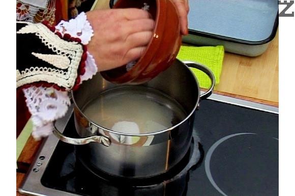 В тенджера наливаме вода и захар. Варим 2-3 мин., докато се разтвори захарта. Прибавяме настъргани лимонови кори и охлаждаме сиропа.
