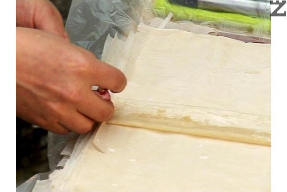 Върху всяка кора нанасяме малко олио, прегъваме на две по дължина, леко намасляваме, след това още на две, така че да се получи лентичка. Отново намасляваме и слагаме нарязано парченце локум с размери 2 см и ядка орех.