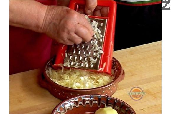 В тава настъргваме обелени картофи на едро ренде и кромид лук на ситно.