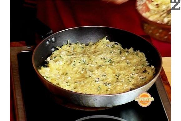Изсипваме сместа в тиган със 2 с.л. загрято олио. Изтъняваме пататника като хубаво притискаме с ръце сместа за да слепнат картофите добре и похлупваме тигана с капак.