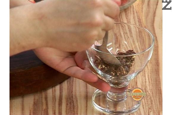 В чаша или купа се слага 1-2 с.л. от бисквитения блат и с лъжица се изравняваме и оформя по дъното.