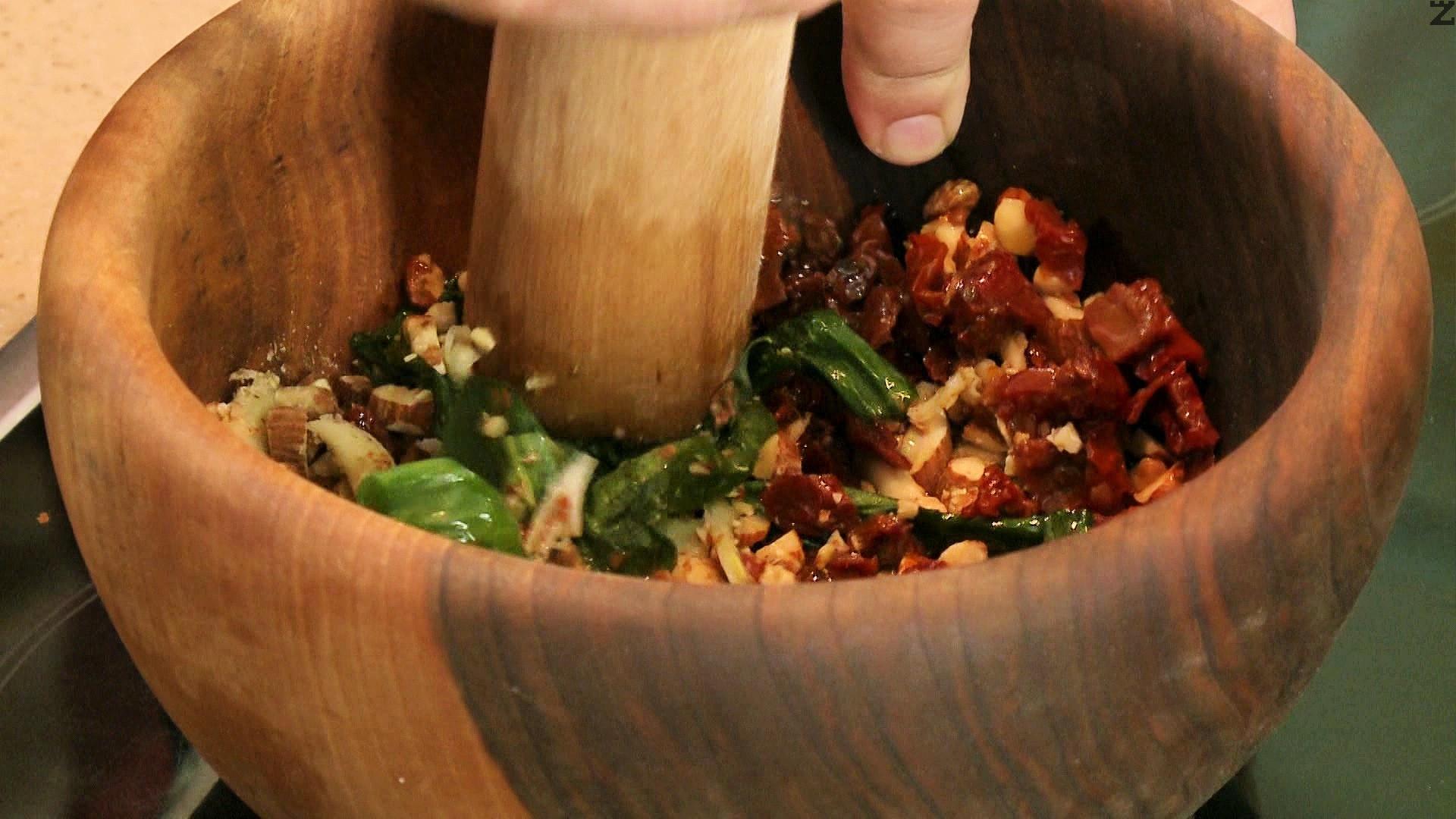 Добавят се накълцани на дребно сушени домати и листа пресен босилек. Отново се стриват.