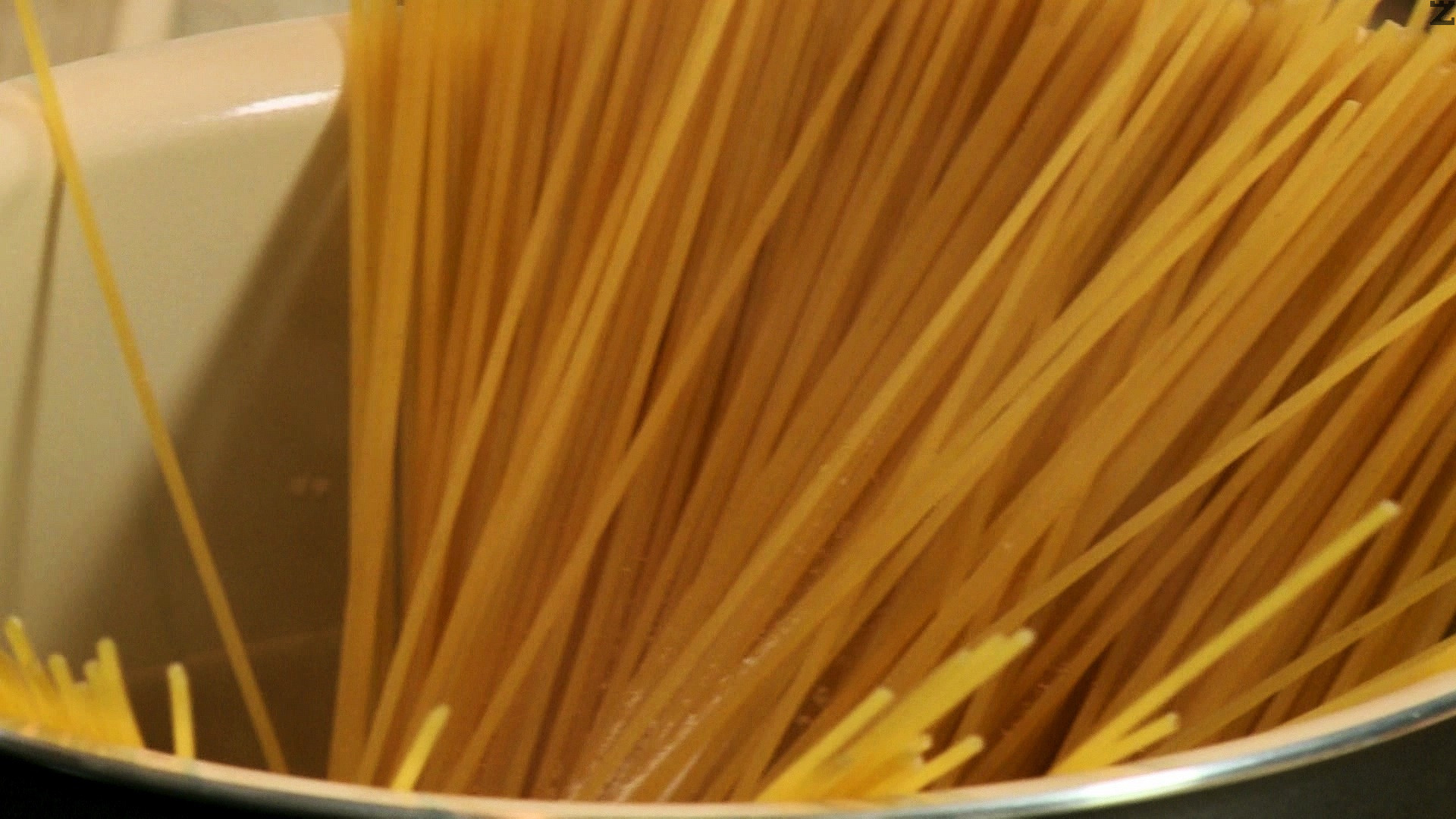 Спагетите се слагат в 3 л кипяща подсолена с 1 с.л. сол вода и сваряват за 10-12 минути. Отцеждат се добре.